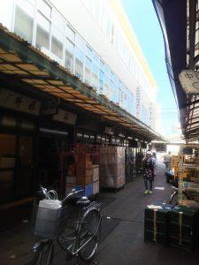 弊社売店前 お寿司屋さんの行列で賑わっていました。